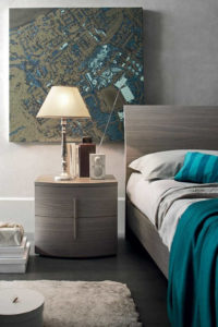 Camera da letto dettaglio comodino e lampada